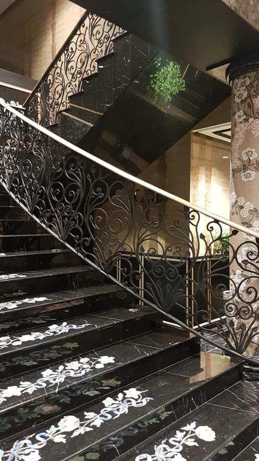 Scala in marmo con inserti in mosaico artistico di vetro