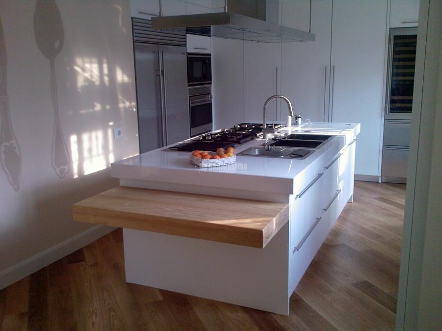 Foto arredo bagno tavoli marmo rivestimenti in legno di for Arredo bagno in legno