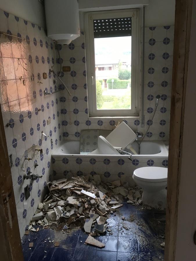 Foto: Particolare Demolizione Bagno di Renovations di Gatta Michele ...