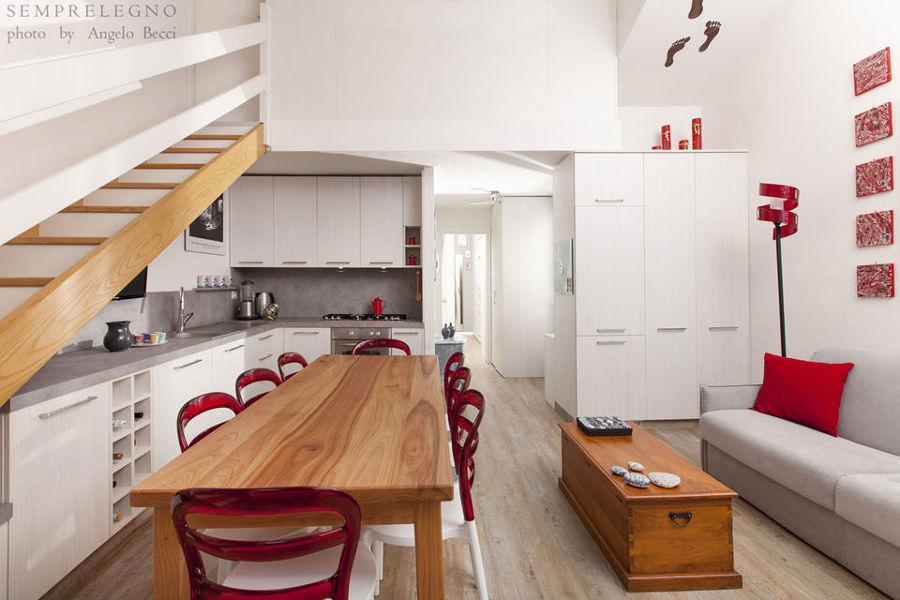 Zona pranzo e cucina con mobili su misura