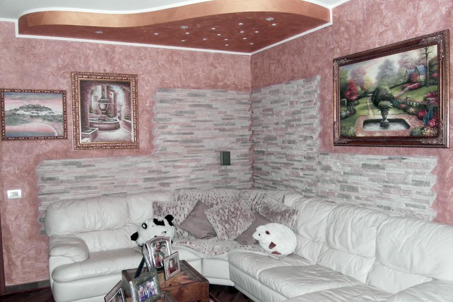Foto abbassamento in cartongesso con decorazione parete e - Camera da letto con parete in pietra ...