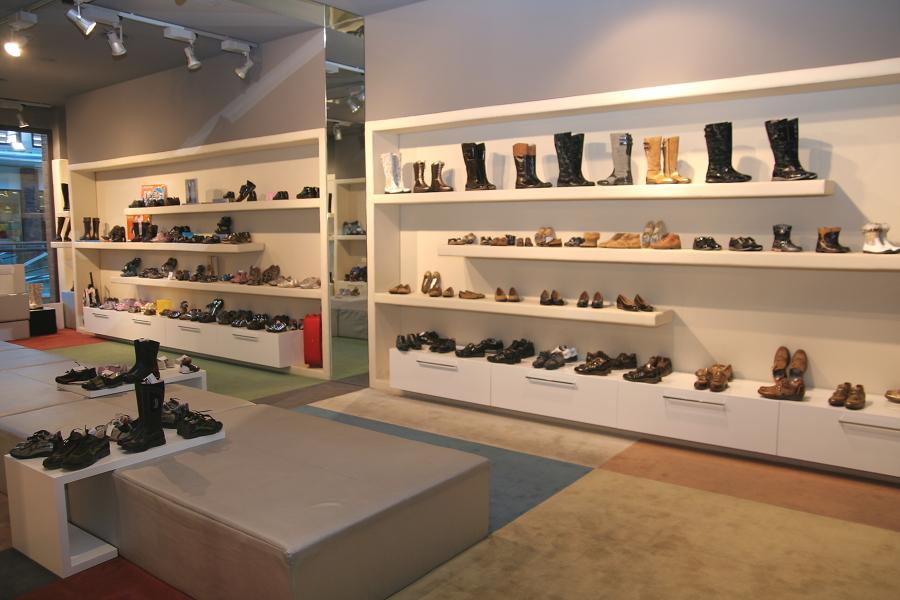 Foto allestimento negozio calzature di franceschino for Negozi arredamento vercelli