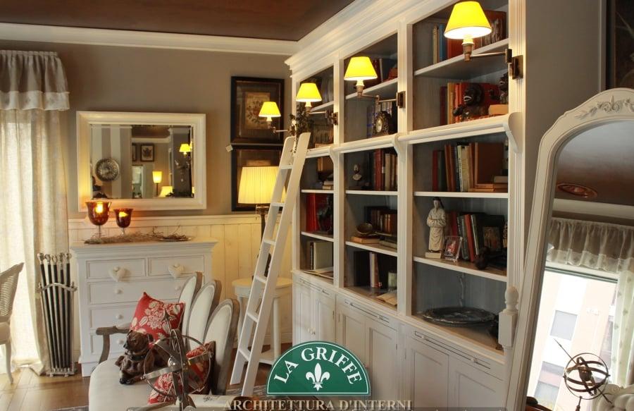 Foto ambiente in stile provenzale laccato bianco libreria con scaletta e lampade applique di - Libreria a scaletta ...