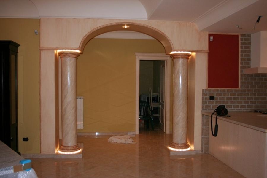 Foto arco con colonne in gesso di edil finiture colori - Arco interno casa ...