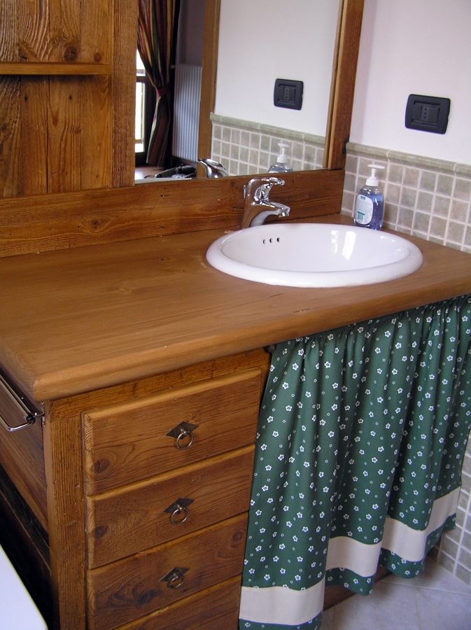 Arredo bagno rustico in legno spazzolato