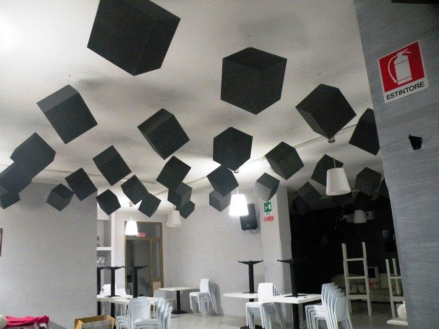 Baffles cubici sospesi per correzione acustica di un locale.