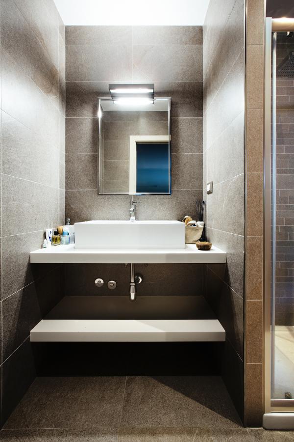 Un bagno dall'arredo minimal ma dai toni caldi