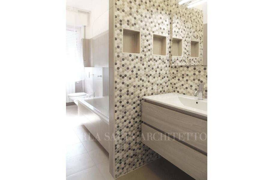 Lavabo sospeso e parete con nicchie