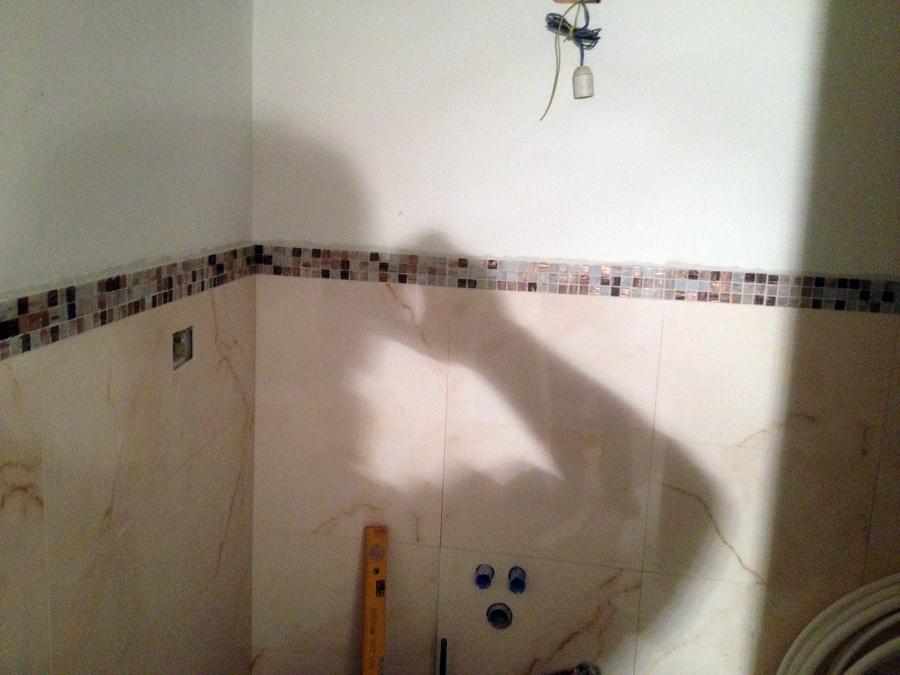 Bagno con cornice di mosaico