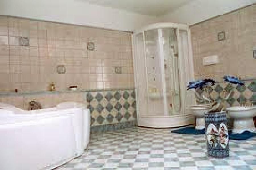 Foto bagno con doccia e vasca di zappino costruzioni 86576 habitissimo for Bagno piccolo con vasca