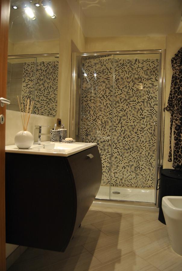 Foto: Bagno con Doccia In Mosaico di Living Soluzioni In Edilizia ...