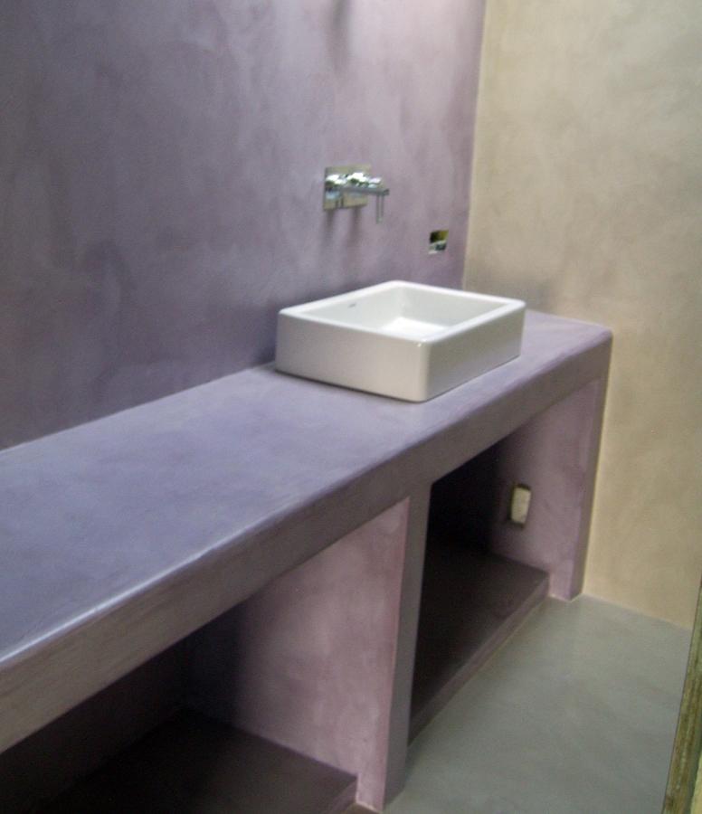 Foto bagno con mensolla rivestita in resina di gp resin - Rivestimenti bagno in resina prezzi ...