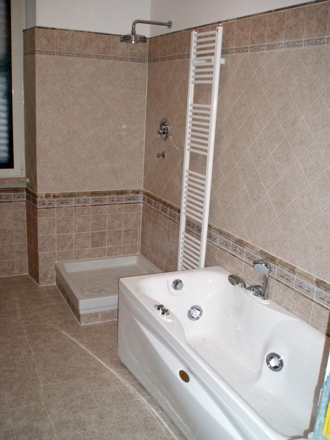 Bagno con doccia e vasca ku75 pineglen - Vasca da bagno e doccia insieme ...