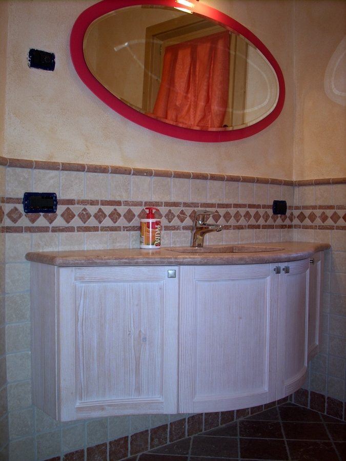 Bagno curvo con specchio cornice colorata lampone