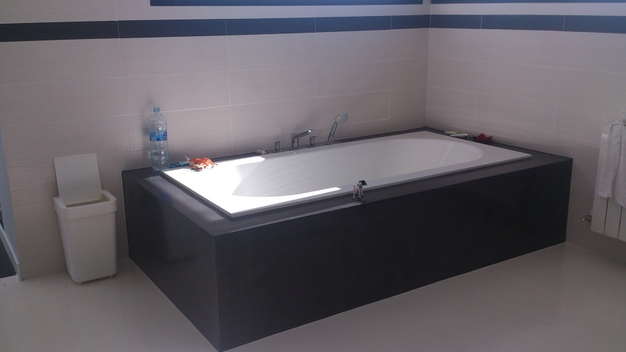 foto bagno e vasca con rivestimenti in microcemento di impresa, Disegni interni