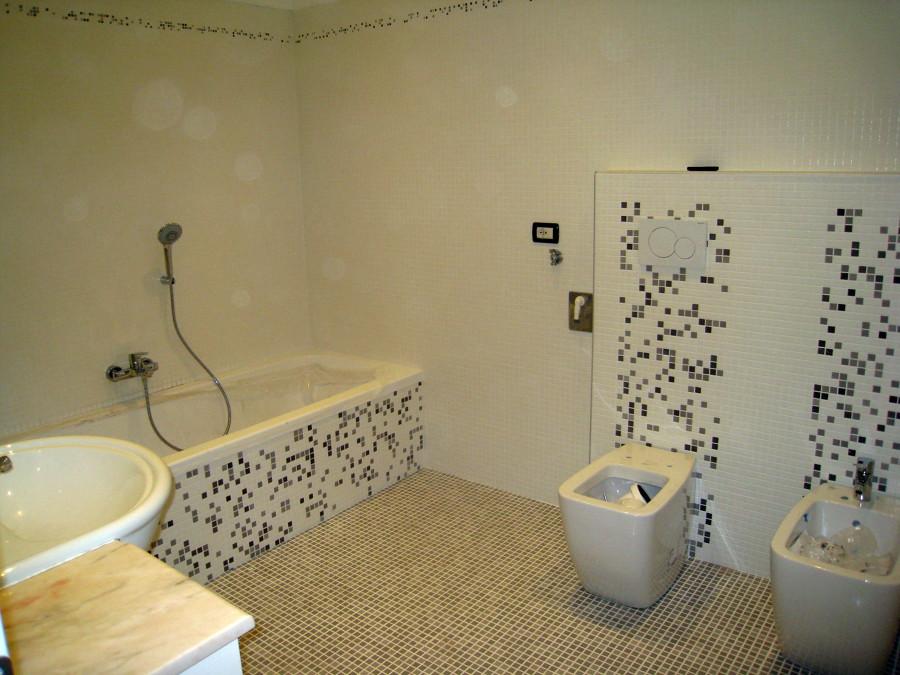 foto: bagno grande in mosaico bianco di bioarchitetture #145608 ... - Bagni Con Mosaico Moderni