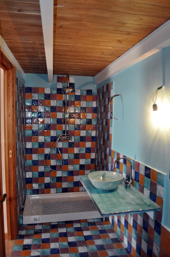 Foto bagno in camera da letto con piastrelle di cotto - Camera da letto con bagno ...