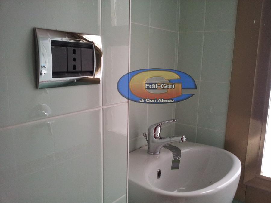 Foto bagno piccolo con nicchia lavabo doccia di edil - Bagno piccolo con doccia ...