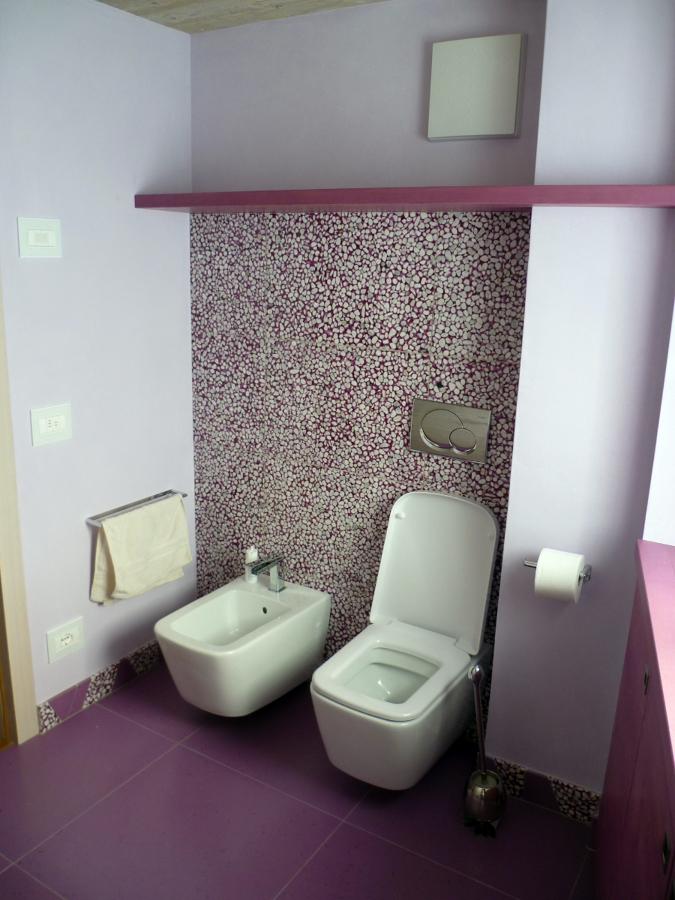 Bagno Moderno Resina: Rivestimento bagno pavimento parete e piano in resina spatolato.