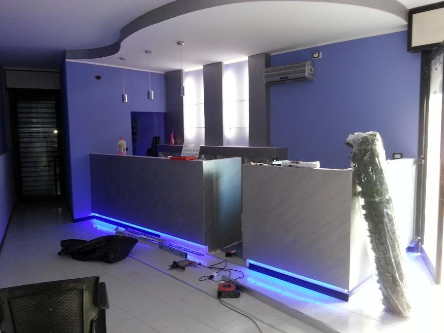 Foto: Bancone Bar con Veletta Tonda e Spalliera Espositore di Cartongessart #116242 - Habitissimo