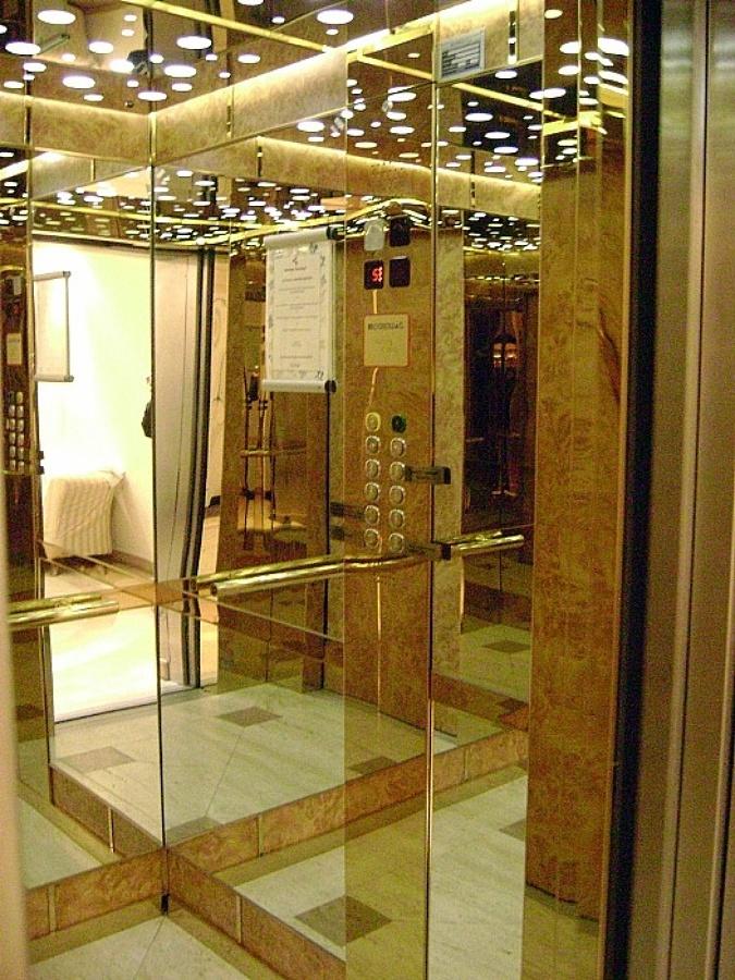 Foto cabina ascensore in acciaio oro radica e specchi di for Riparazione della cabina di log