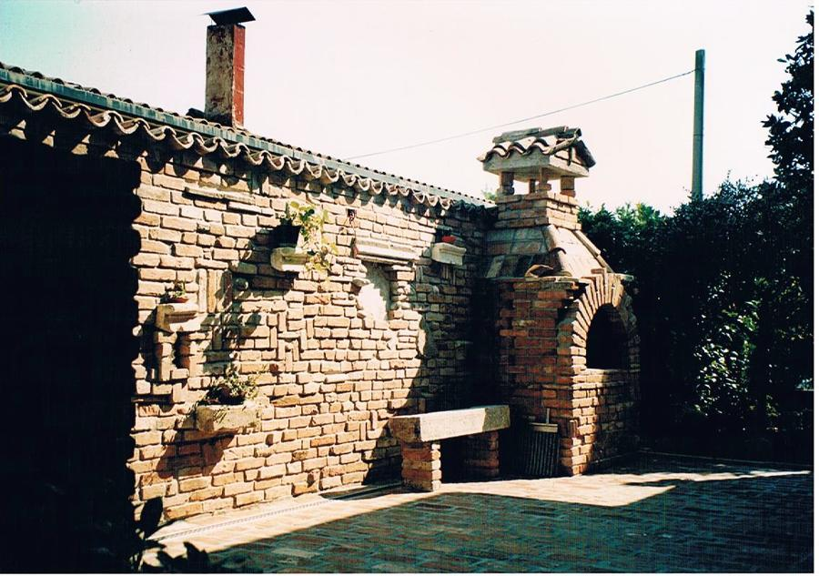 ... mattoni vecchi e realizzazione di rivestimento camino con mattoni e