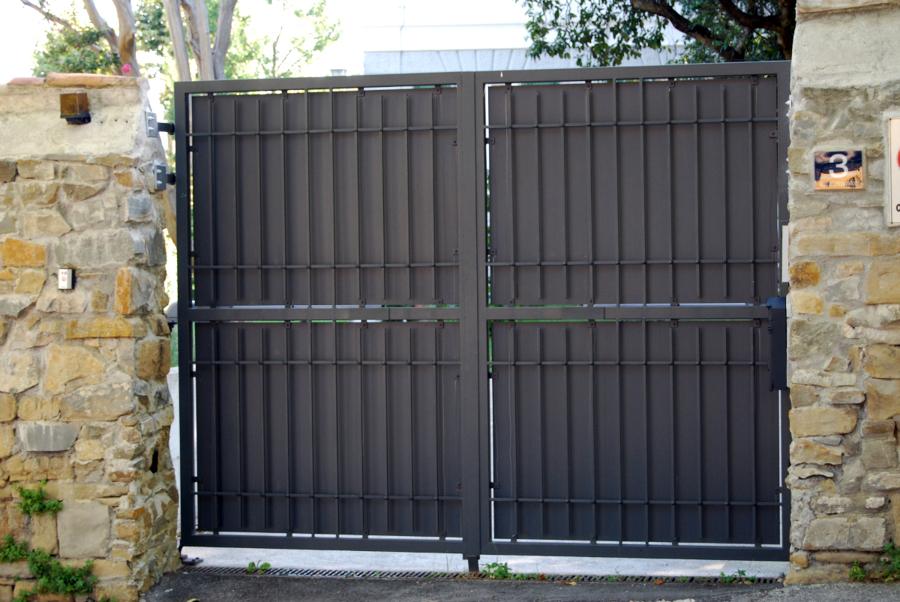 Cancello automatico con inferiata in ferro battuto