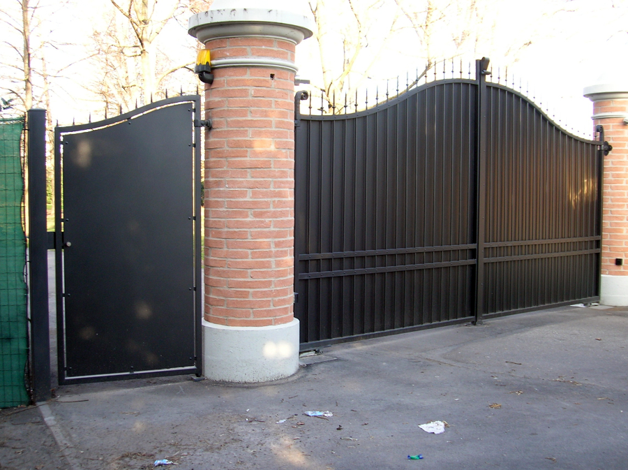 Foto cancello carraio e pedonale in ferro battuto di po for Immagini cancelli in ferro