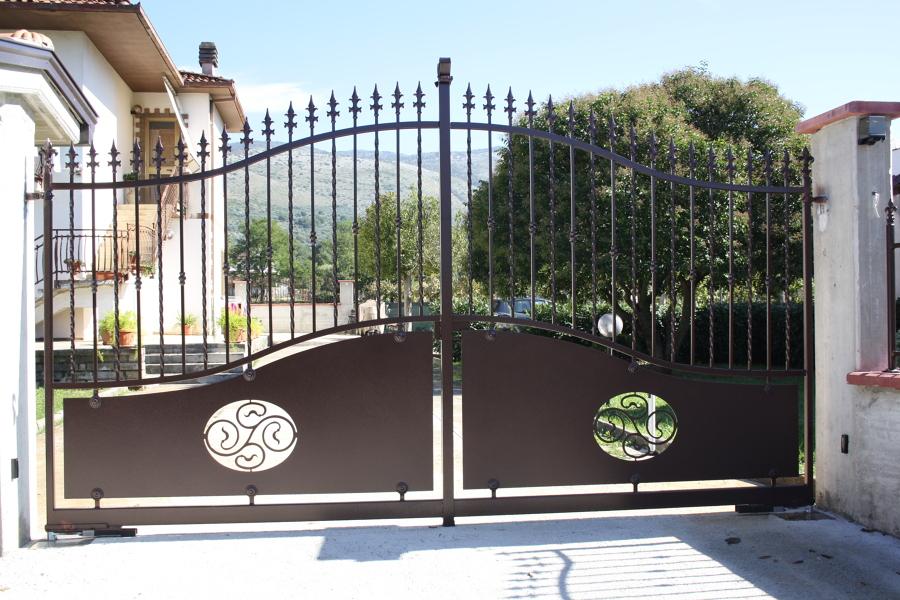 Foto cancello in ferro e lamiera stampata di ditta apponi for Foto cancelli in ferro