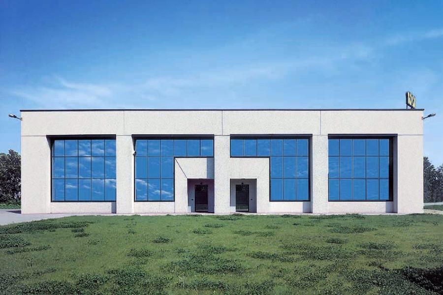 Foto capannone prefabbricato con pannelli in ghiaietto di for Piani di capannone per uffici esterni