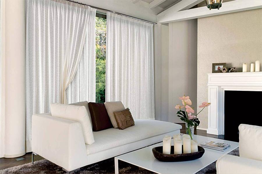 Foto casa arredata con divano e tendaggi di tappezzeria for Foto case arredate moderne