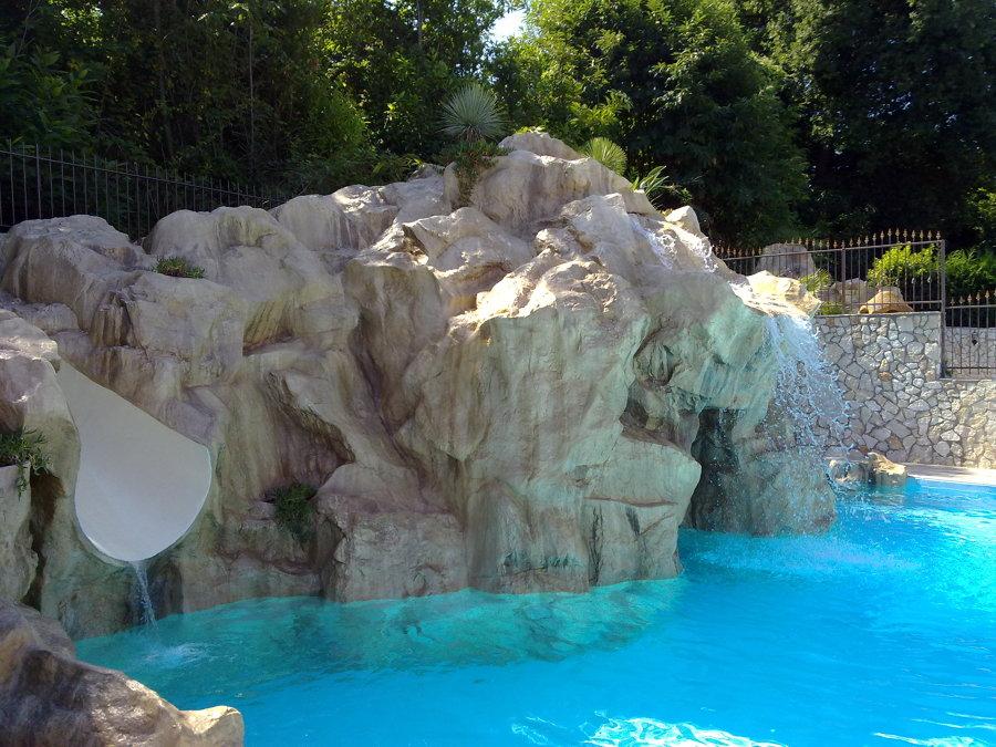 Foto cascate e scivolo su piscina di artstone creazioni - Cascate per piscine ...