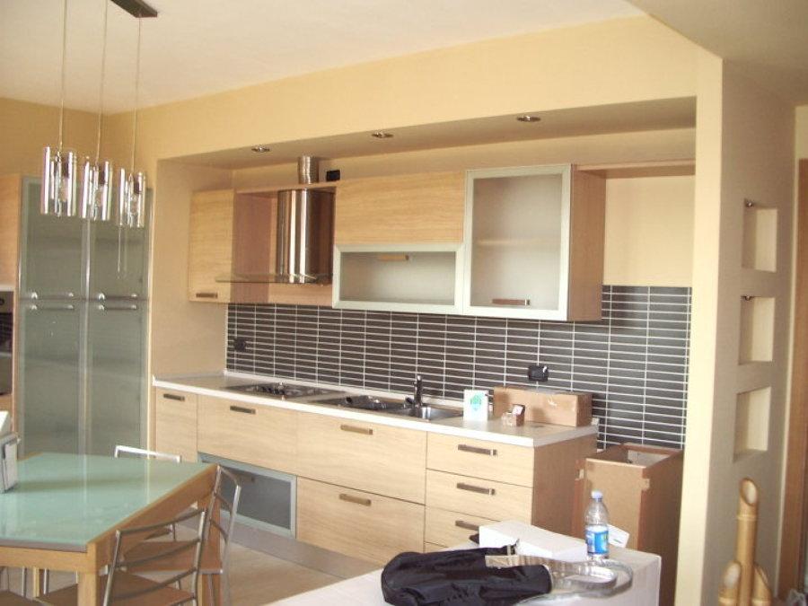 Foto chiusura cucina in cartongesso con faretti spalletta - Cartongesso per cucine moderne ...