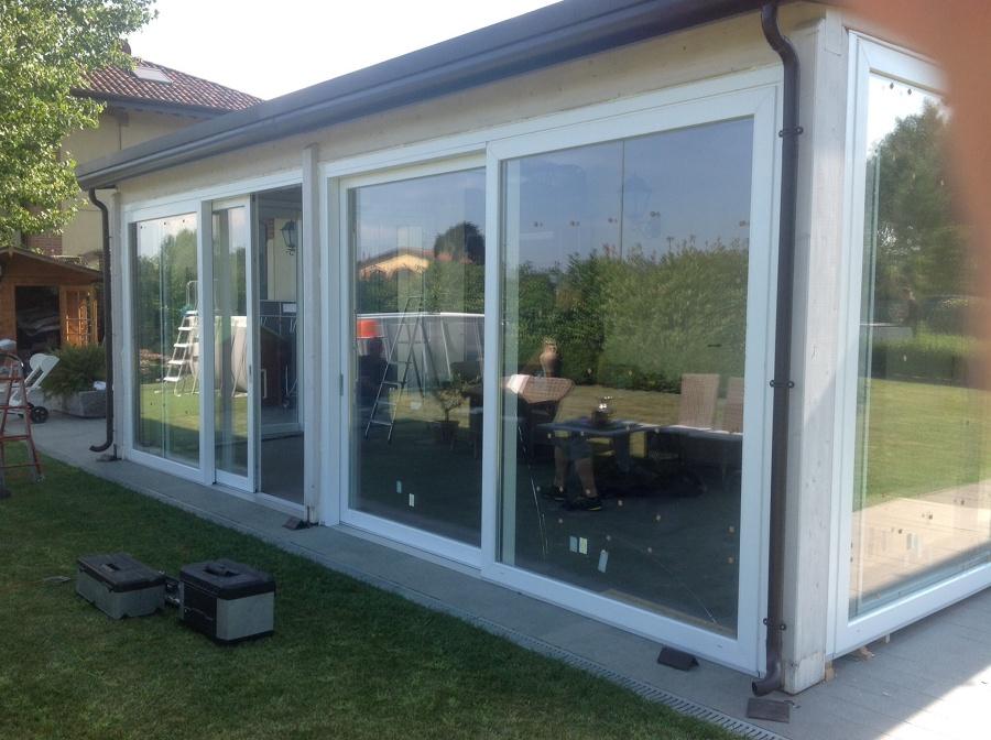 Foto chiusura veranda con serramenti in pvc scorrevoli di for Infissi in pvc sassari