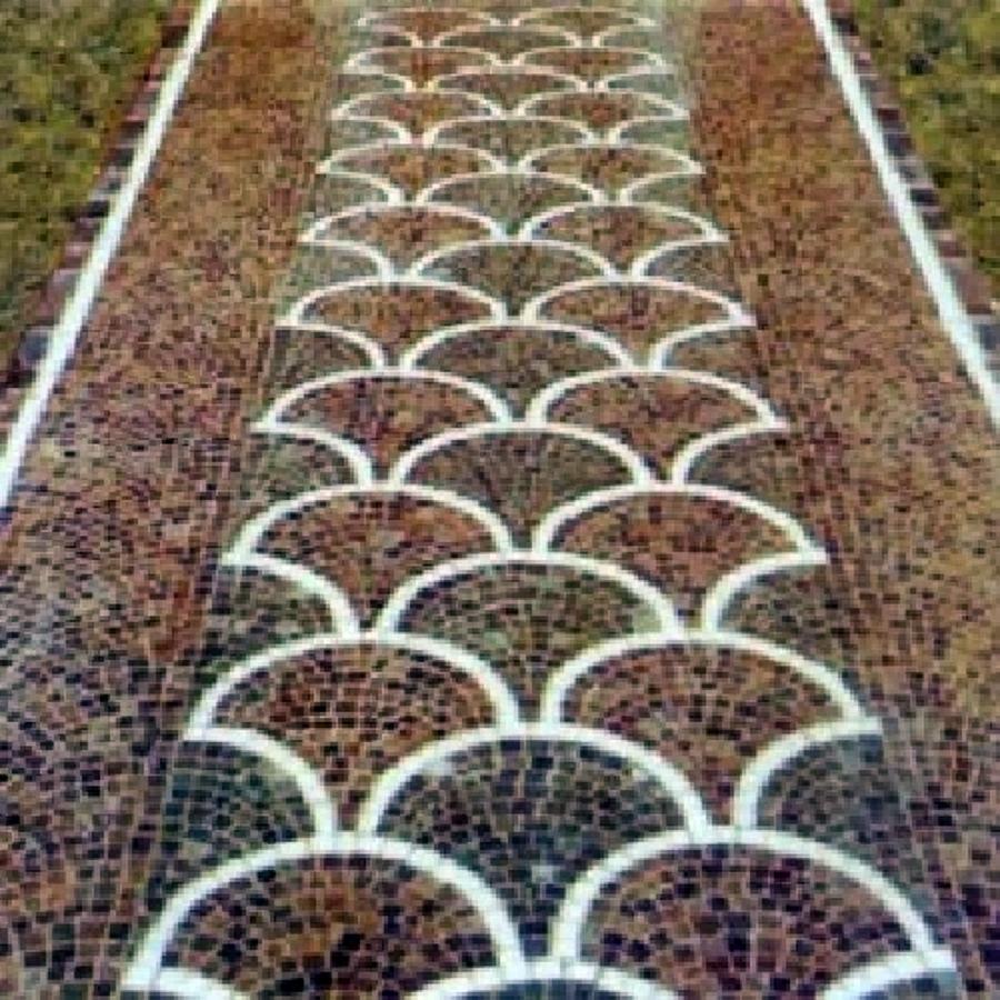 coda di pavone in pavimento in porfido