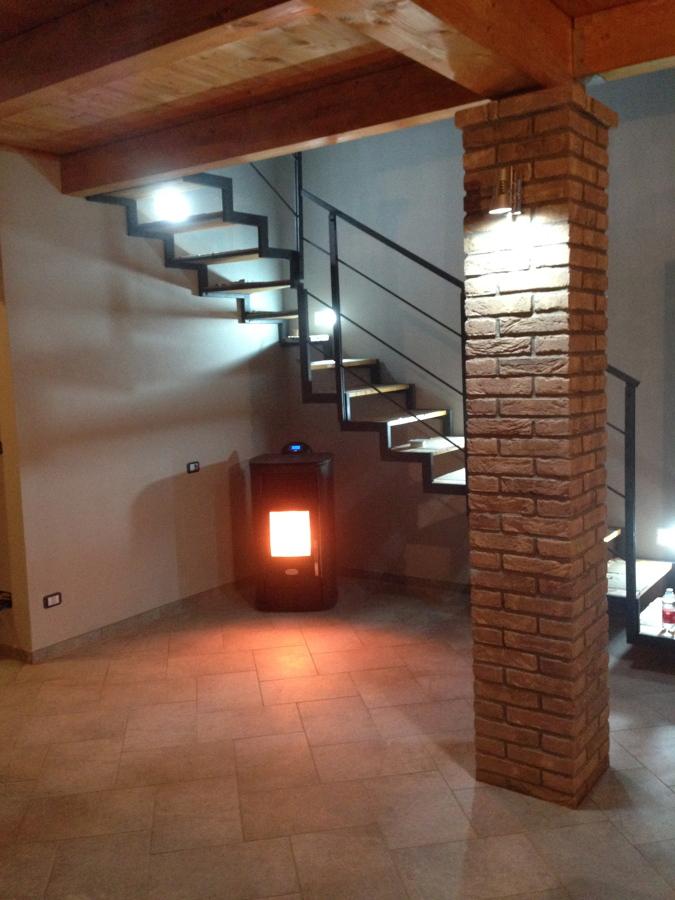 Foto colonna in pietra e scala in legno di layer - Foto scale in legno ...