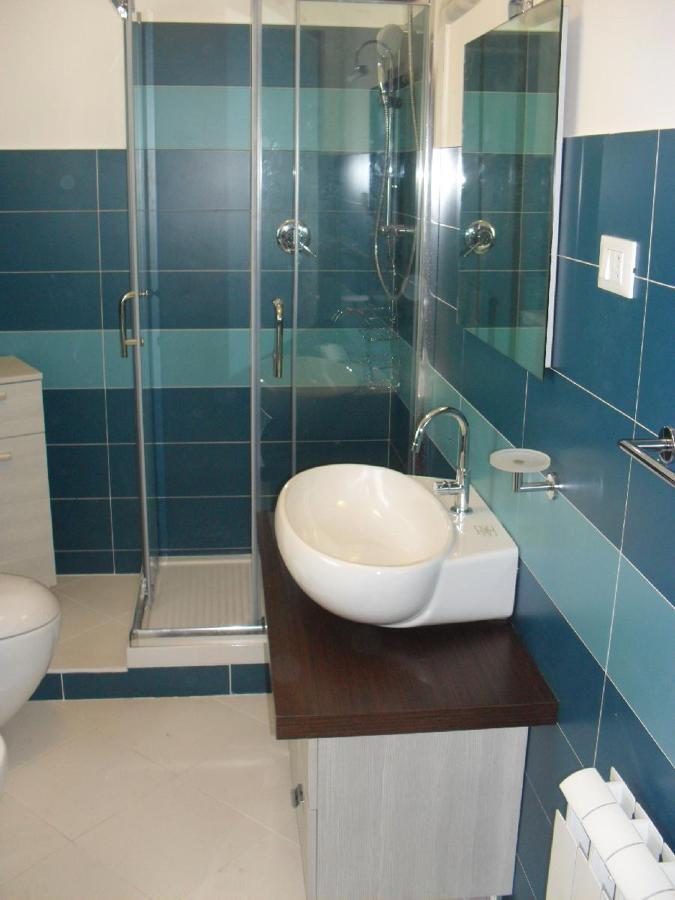 Foto composizione rivestimenti bagno de lavori edili di for Composizione bagno