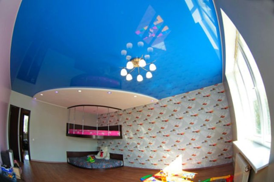 Дизайн комнаты с голубым потолком