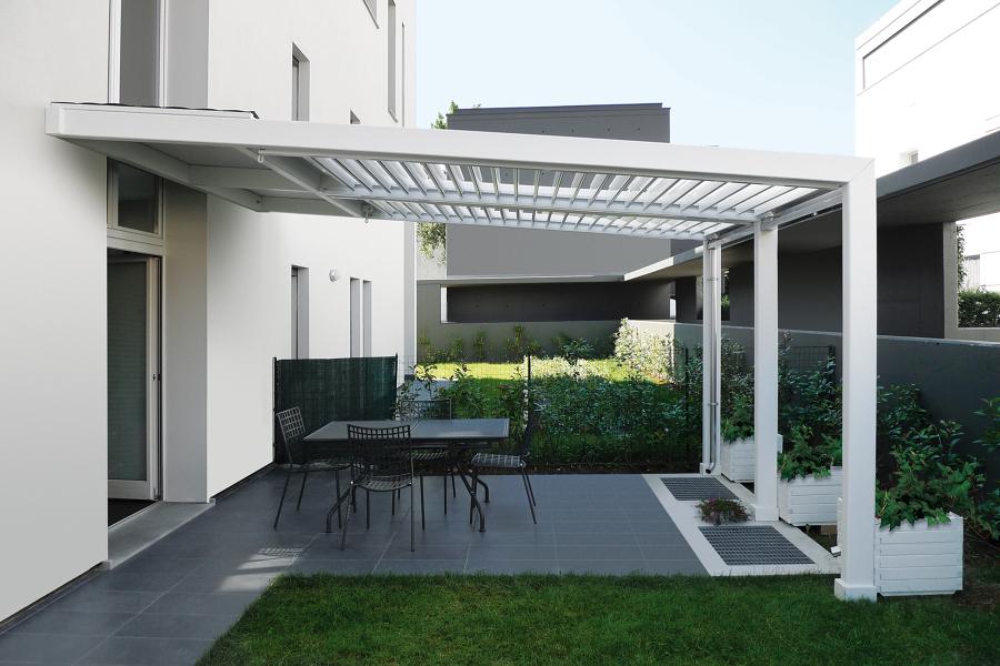 Foto copertura con lamelle in alluminio orientabili di for Mobili in alluminio per esterni