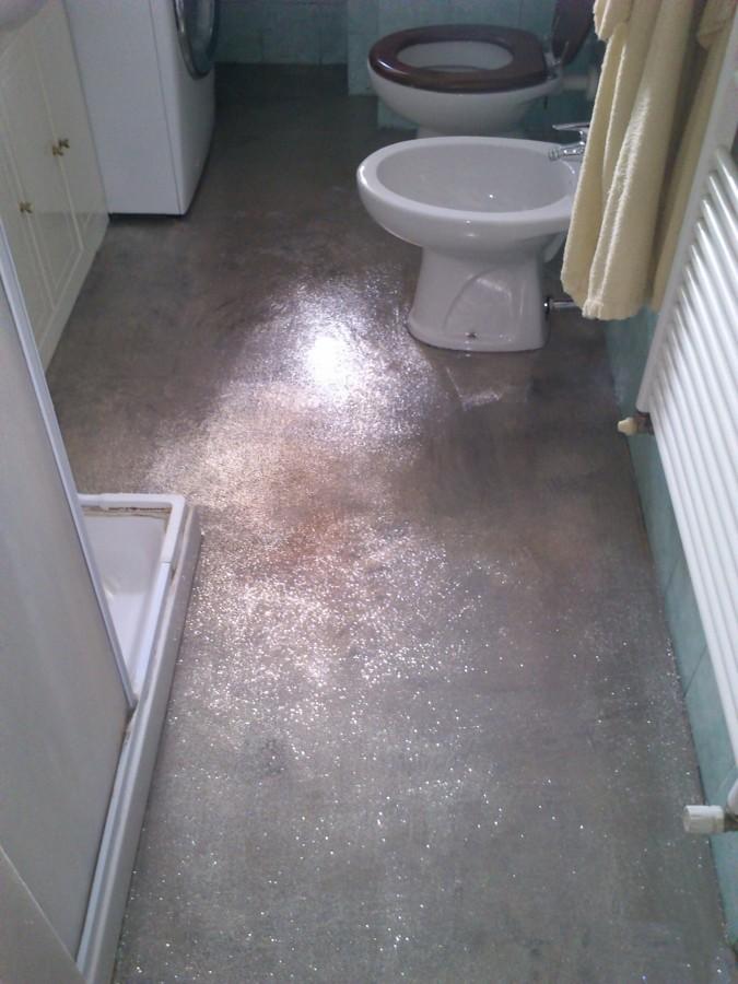 Foto copertura pavimentazione piastrellata con - Pavimento de microcemento ...