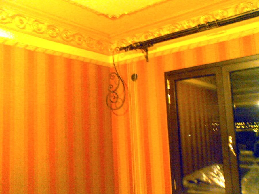 cornice in gesso decorata con carta da parati