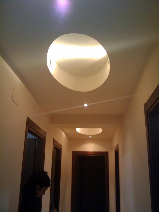 corridoio con soffitto lavorato
