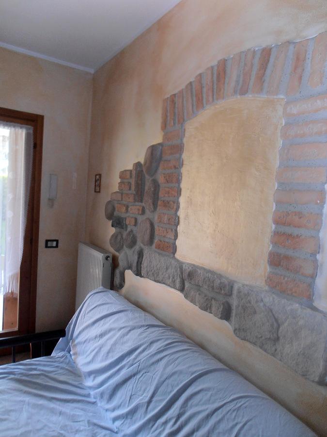 Foto creazione di mattoni e sassi su parete di fantacolor - Parete a mattoncini ...