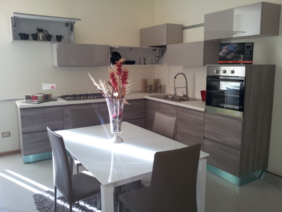 cucina bianca e grigia arredare cucina : Cucina angolare con magniglia gola grigia e pensili a cubotti tortora ...