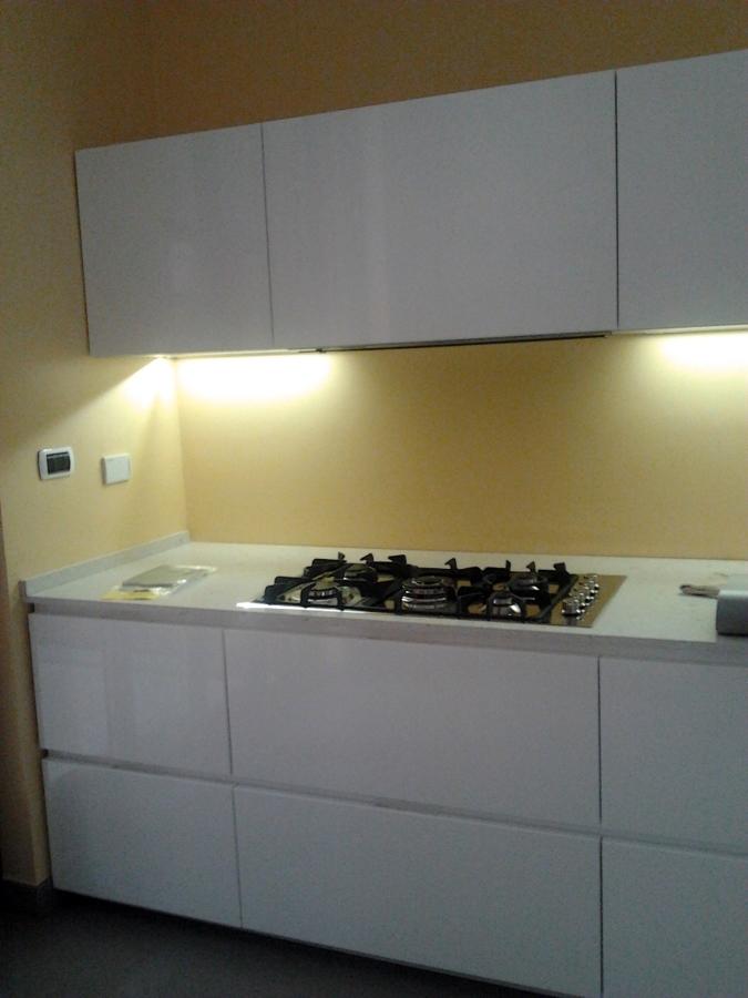Foto cucina ante laccato lucido top in agglomerato di - Top cucina quarzo ...