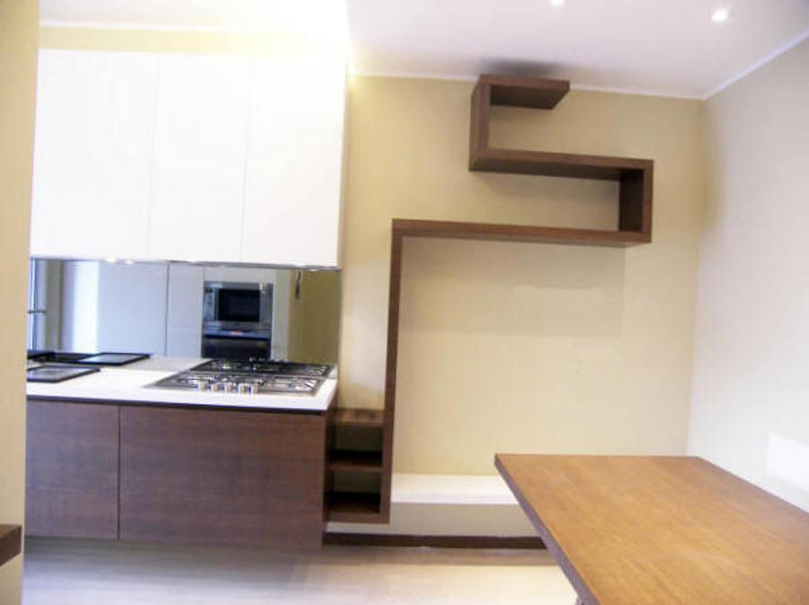 Foto cucina appesa con mensole autoportanti di l - Mensole per cucine ...
