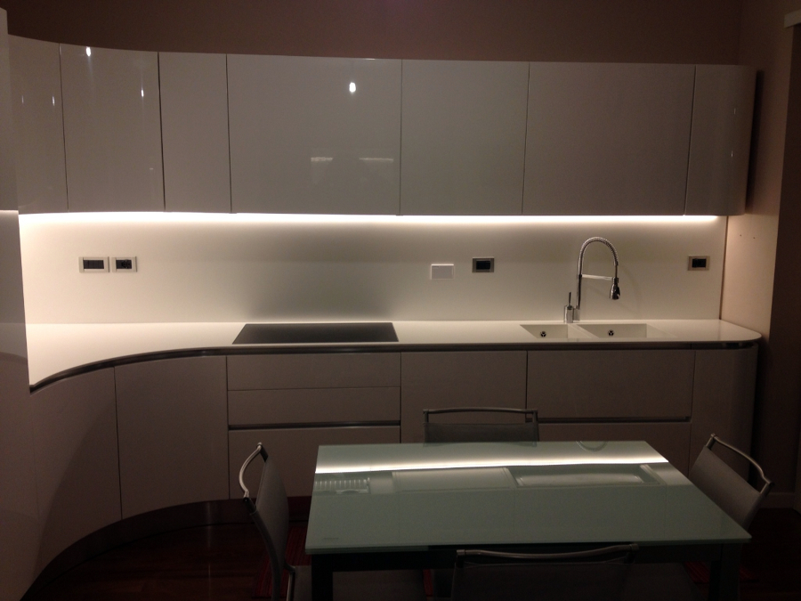Foto cucina bianca laccata lucida di arredamenti carretta 115161 habitissimo - Cucina moderna bianca ...
