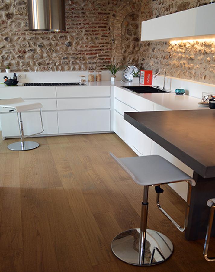 Foto cucina con pavimento in legno di valaperta - Pavimento per cucina ...