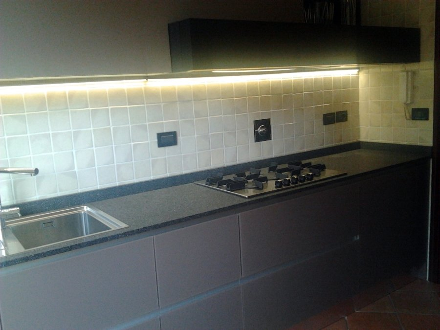 Foto cucina in vetro top in agglomerato di quarzo di - Top cucina in vetro ...