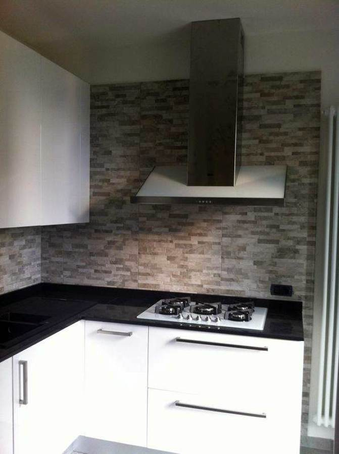 Foto cucina laccata bianca lucida di l 39 arredamento della - Rivestimento cucina bianca ...